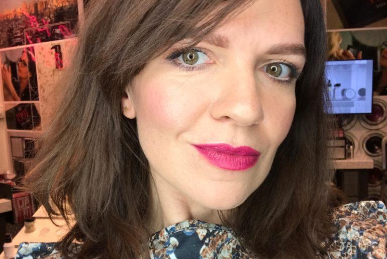 Makijaż wykonany przez Paulinę Jabłońską z Bobbi Brown Plac Unii jest antidotum na jesienno-zimową depresję. Świetlista skóra, mocny i piękny kolor ust, błyszczące oko i wyraźna rama brwi zmieniają twarz w świeżą i wypoczętą pomimo niewyspania