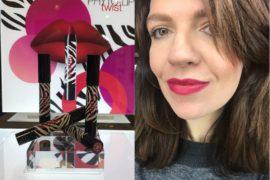 Testując najnowsze matowe szminki w balsamie Phyto Lip Twist Sisley największym zaskoczeniem było dla mnie połączenie trwałego mocnego koloru i pielęgnacji. To doskonała pomadka kolorowa na zimę!
