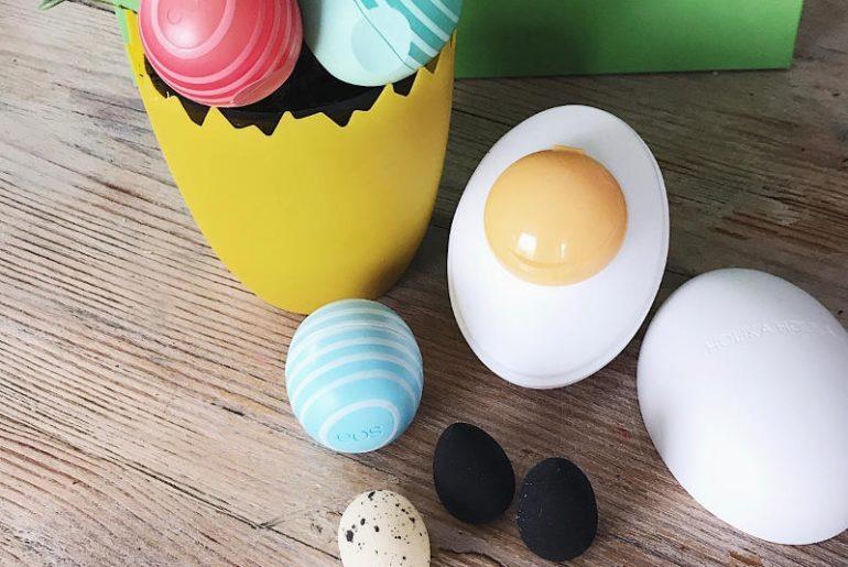 Jajka na stałe weszły do świata kosmetycznego i to nie tylko w limitowanych edycjach wielkanocnych. Jajeczka - balsamy do ust Eos to najpopularniejszy gadżet. Jaja Holika Holika (na zdjęciu peeling enzymatyczny) to majstersztyk designu i składu, bo białe jajko zawiera ekstrakt z białka, a beżowe - z żółtka. Natomiast malutkie gąbeczki do wkładania na palce i precyzyjnej aplikacji makijażu, Sephora to prześliczne akcesorium dla wszystkich fanek beauty blenderów!