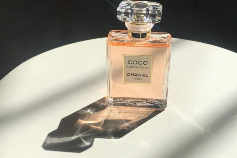 Coco Mademoiselle Intense Chanel to nowa odsłona kultowego zapachu marki. Woda perfumowana Intense jest mocniejsza, ma bardziej intensywne nuty i przepiękne chanelowskie opakowanie. Prostota i elegancja flakonu są zachwycające!