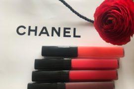 Błyszczyki Rouge Coco Lip Blush Chanel to kosmetyk pomiędzy szminką a błyszczykiem. Nadaje trwały kolor, a lśni i nawilża jak błyszczyk lub balsam do ust