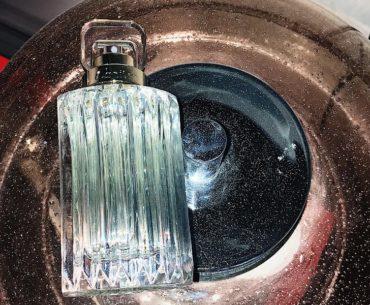 Carat Cartier to perfumy dla młodych kobiet. Przepiękny kwiatowy i świetlisty bukiet w świetlistym kryształowym flakonie w stylu retro. Dostępny na dougas.pl