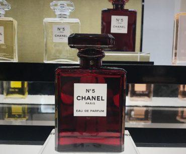 Pierwszy w Polsce butik Chanel Beauty w Galerii Mokotów w Warszawie. Na zdjęciu przepiękna świąteczna edycja zapachu Chanel N 5