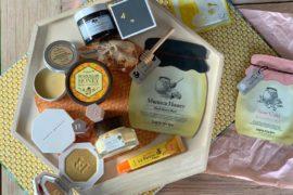 Kosmetyki z miodem mają genialne odżywcze, nawilżające i regenerujące działanie. Miód ma piękny zapach, który koi zmysły, a opakowania zwykle nawiązują do plastra miodu, który tworzą regularne heksagramy lub pszczół. Wyglądają zjawiskowo