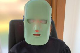 Jak odmłodzić oczy? Maską emitującą światło czerwone. Sesja 4 zabiegów rewitalizujących oczy w Świat Oka Centrum Okulistyczne naprawdę odmładza oczy