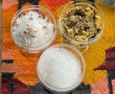 Sole do kąpieli to mój tegoroczny sposób na przetrwanie sezonu przeziębień, katarów i niekończącej się słoty. Alternatywa dla pobytu w spa. Na zdjęciu od lewej sole: Stara Mydlarnia Organic Spa, Bosqie oraz Westlab