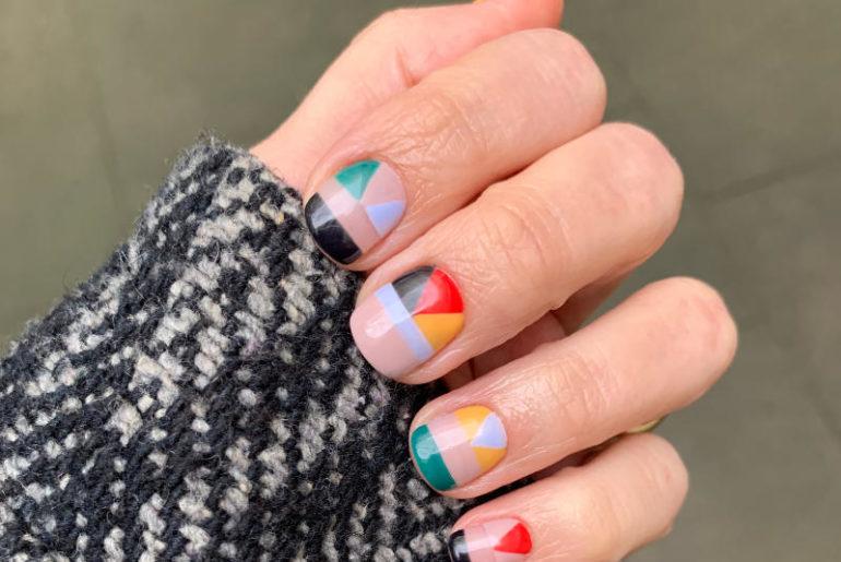 Manikiur hybrydowy to wygoda. Można śmiało eksperymentować z kolorami, długością paznokci i wzorami, ciesząc się stylizacjami znacznie dłużej niż na to pozwala stosowanie zwykłych lakierów