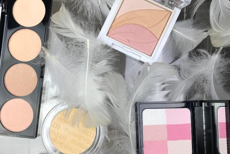 Rozświetlacze w kamieniu dają dziesiątki możliwości w użytkowaniu. Możesz je nakładać na wystające części kości policzkowych, omiatać nimi całą twarz, albo stosować punktowo. Również jako cienie do powiek, szminkę czy korektor do tuszowania zmęczenia. Na zdjęciu rozświetlacze marki Sephora, Bell HypoAllergenic, Wings of Color AA oraz Bobbi Brown