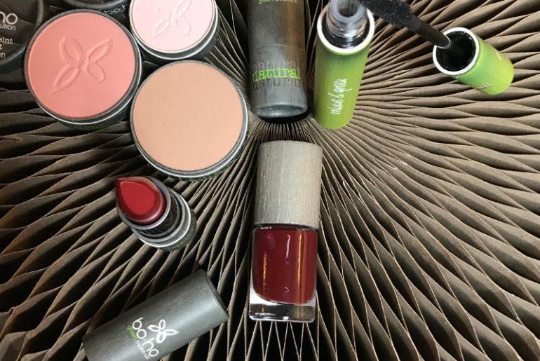 Naturalne kosmetyki do makijażu Boho Green Makeup mają proste składy, moc odżywczych, naturalnych lub certyfikowanych organicznych składników. Kosmetyki do makijażu cery są bardzo delikatne, nie podrażniają i nie uczulają