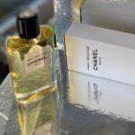 Zapach podróży, ulubionych destynacji Gabrielle Chanel, czyli Paris-Deauville Chanel. Mieszanka bazylii, moc cytrusów, róża, jaśmin i paczula
