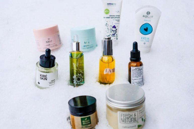Najlepsze kosmetyki na zimę? Te, które przywracają równowagę hydro-lipidową w skórze. Czyli dbają o nawodnienie i natłuszczenie naskórka. Wówczas ani mróz, ani wiatr ani śniegi nie są mu straszne