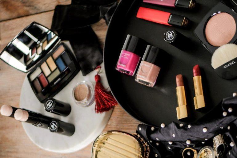 Jak wygląda wiosna u Chanel? Vision d'Asie l'Art du details mieni się wieloma kolorami. Zdecydowanie mniej jest tych stonowanych od tych konkretnych, z kilkoma neonowymi, o których będzie głośno