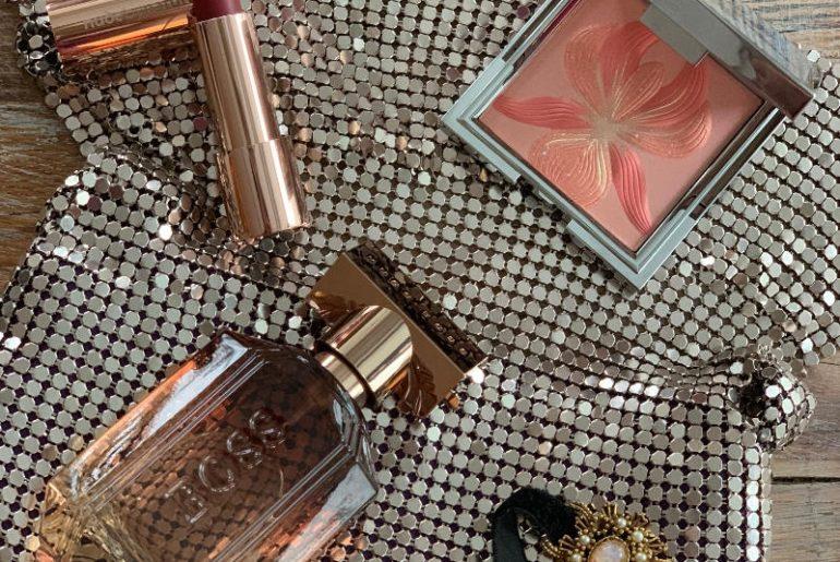 Zapach dla niej The Scent Private Accord Hugo Boss, szminka nawilżająca Moisture Shine Lipstick Nude by Nature, róż do policzków z rozświetlaczem L'Orchidée Corail nr 3 Sisley