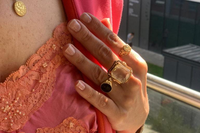 Wiosenna odnowa dłoni i paznokci to must have tego sezonu ze względu na częstsze mycie i odkażanie są bowiem przesuszone. To wpływa na łamliwość paznokci i podrażnienia skóry dłoni
