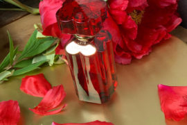 Imię róży? Płatki róż, olejek różany i absolut róży, czyli totalny różany zachwyt! Love Chopard to cudowny bukiet róż, 559 zł/100 ml /Douglas