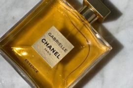 Esencja białych kwiatów. Woda perfumowana Gabrielle Chanel Essence, to wirtuozeria kompozycyjna. Intensywna, mocna, jak spacer po ogrodzie pełnym kwitnących krzewów jaśminów, drzew pomarańczy i tuberozy. 659 zł/100 ml