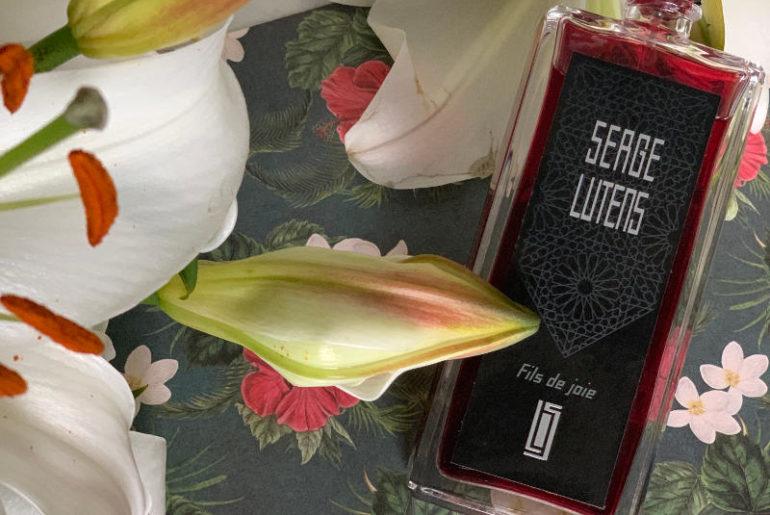 Perfumy dla niej i dla niego. Pachnące egzotycznymi kwiatami. W Fils de joie Serge Lutens ja czuję kwiaty frangipani, ale jest tam miks białych i żółtych kwiatów z dalekich stron