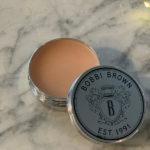 Balsam do ust Lip Balm SPF 15 Bobbi Brown zawiera wazelinę, wosk pszczeli, wosk Candellila, które stanowią świetną barierę ochronną na ustach. Dodatkowy atut: filtr ochronny