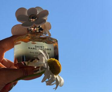 Perfumy ze stokrotką w roli głównej? Tym razem tylko na flakonie. Daisy Eau So Intense Marc Jacobs pachną truskawką, gruszką, bergamotką. A także jaśminem, różą, miodem, benzoesem i piżmem