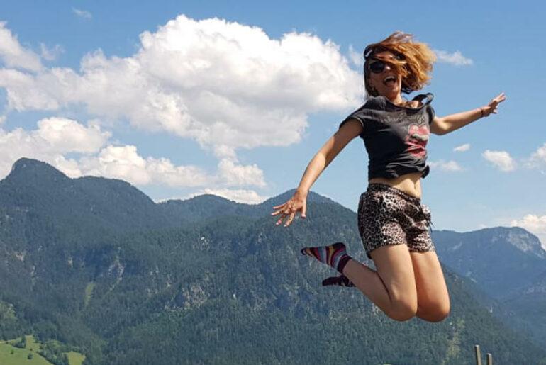 Alpejski trekking to genialny pomysł na wakacje lub dłuższy weekend. Salzburski Saalachtal jest też genialnym kierunkiem na wyjazd z dziećmi. Nawet przy wyciągach są place zabaw i trampoliny. Co widać na załączonym obrazku