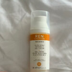 Rozjaśnienie i rozświetlenie kolorytu skóry Radiance Glow Daily Vitamin C Gel Cream REN. Czyli witamina C w przyjemnej lekkiej formule